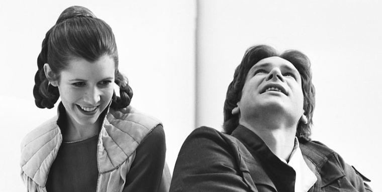 Carrie Fisher e Harrison Ford em momento entre filmagens no set da Cidade das Nuvens